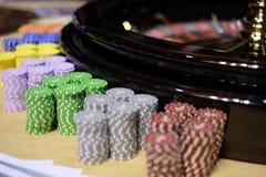 Roda e microplaquetas clássicas de roleta do casino Imagem de Stock