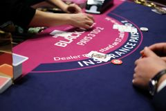 Roda e microplaquetas clássicas de roleta do casino Foto de Stock Royalty Free