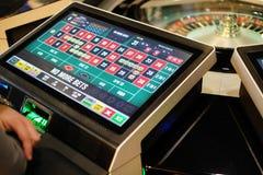 Roda e monitores eletrônicos de roleta do casino Fotografia de Stock Royalty Free