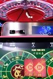 Roda e monitores eletrônicos de roleta do casino Fotografia de Stock