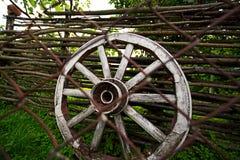 Roda em um carro de madeira velho Foto de Stock Royalty Free