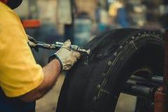 Roda em uma máquina do pneu fotos de stock royalty free