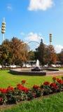 Roda em VDNKH, Moscou da fonte, da flor-cama e de ferris Foto de Stock Royalty Free