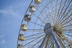 Roda grande branca na perspectiva do céu azul da mola Parque da cidade Uma atração e o lugar para entretenimentos foto de stock