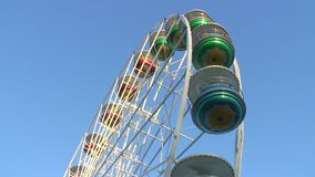 Roda grande em uma feira de divertimento video estoque