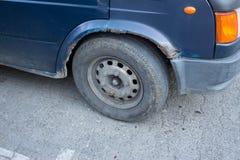 Roda oxidada do ` s do carro Oxidação severa e corrosão imagem de stock royalty free