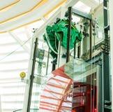 Roda que gerencie com cabo do estilingue por movido a motor do sistema do elevador do passageiro fotografia de stock