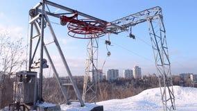 A roda redonda vermelha sob a neve girou no elevador do metal, inverno, vídeos de arquivo