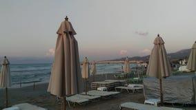 Roda strand på solnedgången Arkivfoton