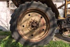 Roda traseira de um trator velho Foto de Stock Royalty Free