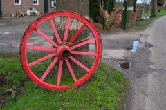 Roda velha amarrada a uma árvore Imagem de Stock