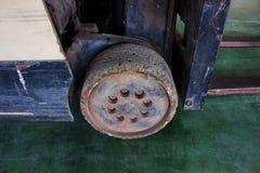 A roda velha da empilhadeira pequena, deve ser fixa fotos de stock