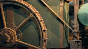 Roda velha em uma máquina como uma exposição filme