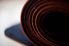 Rodado encima de la estera de la yoga Imagen de archivo libre de regalías