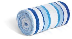 Rodado encima de la toalla de playa azul y blanca en un Ba blanco Foto de archivo libre de regalías