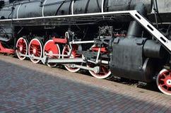 Rodas da locomotiva de vapor preta velha de épocas soviéticas O lado da locomotiva com elementos da tecnologia de giro de imagens de stock royalty free