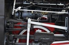Rodas da locomotiva de vapor preta velha de épocas soviéticas O lado da locomotiva com elementos da tecnologia de giro de imagem de stock royalty free