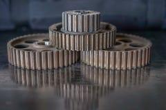 Rodas da roda denteada em uma tabela Fotografia de Stock Royalty Free