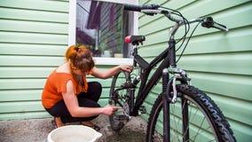 Rodas de bicicleta de lavagem da jovem mulher video estoque