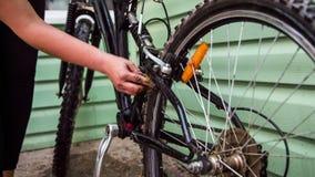 Rodas de bicicleta de lavagem do ciclista fêmea vídeos de arquivo