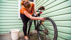 Rodas de bicicleta de lavagem fêmeas novas filme