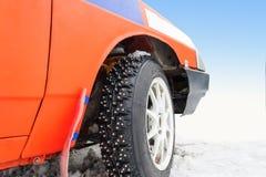 Rodas de carro com pontos para competir no gelo Imagem de Stock