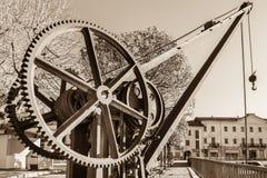 Rodas de engrenagem de um guindaste velho e do vintage, no lago Maggiore, Itália Fotografia de Stock Royalty Free
