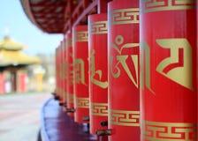 Rodas de oração budistas da cor vermelha imagem de stock royalty free
