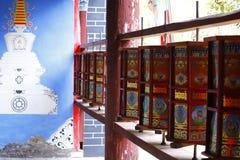 Rodas de ora??o budistas dentro o templo de Jade Peak, vila de Baisha, Lijiang, Yunnan, China fotos de stock