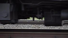 Rodas de um trem que move sobre o movimento lento dos trilhos filme