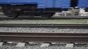 Rodas de um trem que move sobre o movimento lento dos trilhos video estoque