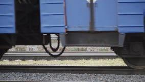 Rodas de um trem que move sobre o movimento lento dos trilhos vídeos de arquivo