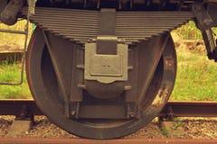 Rodas de vagão do trem nos trilhos fotografia de stock