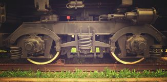 Rodas de vagão do trem nos trilhos imagem de stock royalty free