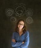 Mulher de negócio de pensamento com rodas denteadas e hamster da engrenagem imagem de stock royalty free