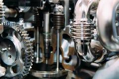 Rodas denteadas, engrenagens e rodas dentro do motor do caminhão foto de stock royalty free