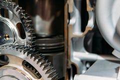 Rodas denteadas, engrenagens e rodas dentro do motor do caminhão imagem de stock