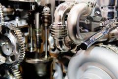 Rodas denteadas, engrenagens e rodas dentro do motor do caminhão imagens de stock
