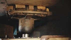 rodas denteadas 4K que giram o moinho de vento tradicional interno Mecanismo holandês velho do moinho Close-up de trabalho dos de video estoque