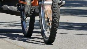 Rodas do branco da bicicleta da equitação da menina video estoque