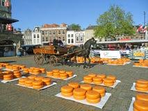 Rodas do queijo de Gouda entregadas pelo carro puxado a cavalo ao mercado tradicional do queijo de Gouda, os Países Baixos imagem de stock