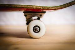 Rodas e caminhões brancos do skate Fotos de Stock