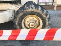 Rodas grandes poderosas com passo e pneus do equipamento de constru??o fora de estrada, tratores, carros na perspectiva de protet imagens de stock royalty free