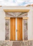 RODAS, GRECIA - 30 DE ABRIL DE 2013: Acera y puerta fra de Chochlakia Imágenes de archivo libres de regalías
