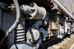 Rodas oxidadas velhas da locomotiva e os elementos da movimentação imagem de stock