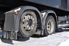 Rodas traseiras do caminhão no inverno fotografia de stock