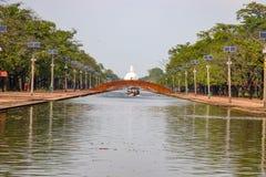 Rodd på den Lumbini Centran kanalen arkivbild