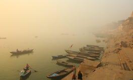 Rodd på Ganges River med tät dimma Fotografering för Bildbyråer