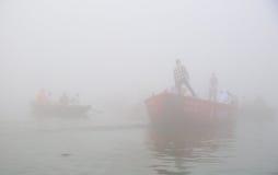 Rodd på Ganges River med tät dimma Arkivbilder