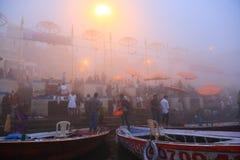 Rodd på Ganges River med tät dimma Arkivfoton